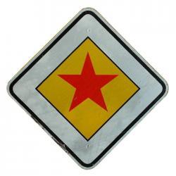 Verkehrsschild Schild Hauptstraße roter Stern